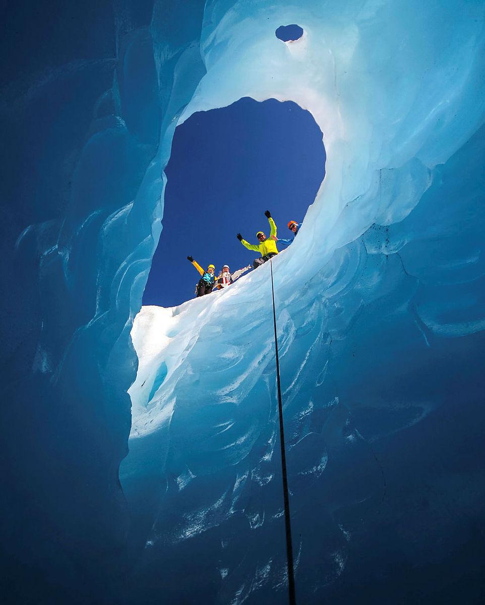 Dette bildet er tatt på Haugabreen, en brearm fra Myklebustbreen og Jostedalsbreen sammen med stipendiatene ved Nordfjord Folkehøgskule. Vi fant ett vannhull og måtte ta turen ned for å se. Kameraet ble med ned og sannelig ble det ett fint bilde. | Bildet er fra DNTs fotokonkurranse-runder i 2016.