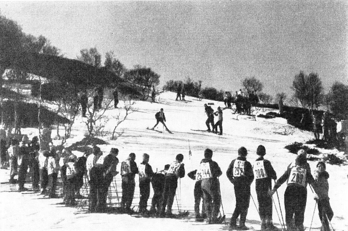 Fra et av de første årene med Skiskolen, antakelig 1958 eller 1959. Bildet er hentet fra årboka 1959 og viser avslutningsrennet på Skiskolen. Den gangen var konkurranser på ski en viktig del av Skiskolen og foreningens arbeid på vinteren.