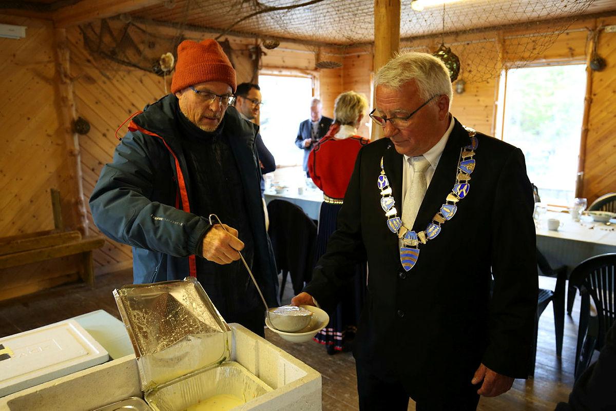 Per Lerøy får fiskesuppe av Asbjørn Nagell Toft som har vært en viktig pådriver for å få landet kontrakten.