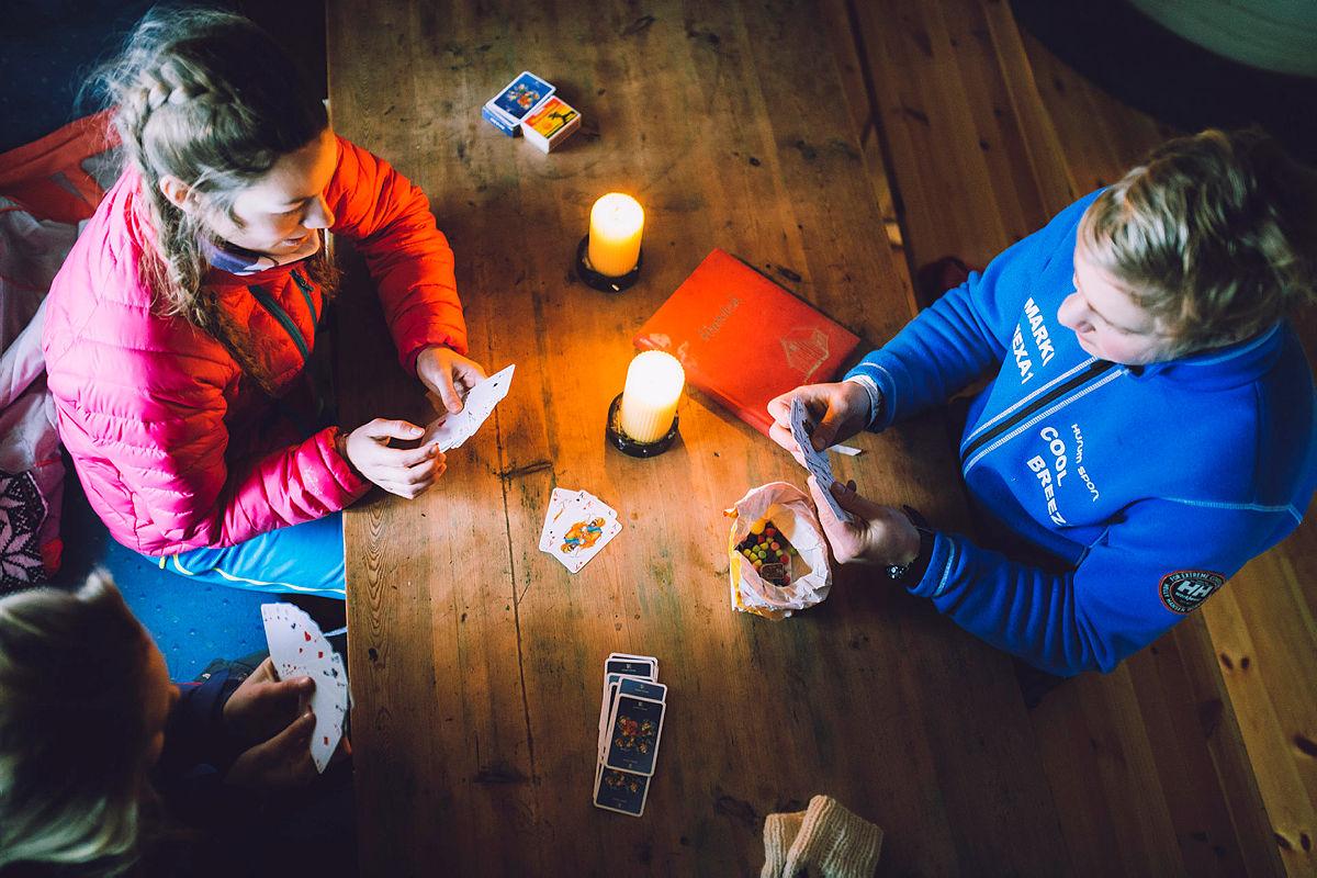 Kortspill og smågodt på egen hytte er lik påskestemning!