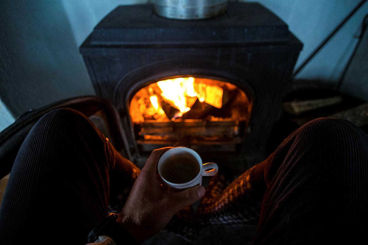 Kaffe foran ovnen på Taumevatn turisthytte i Ryfylkeheiene.