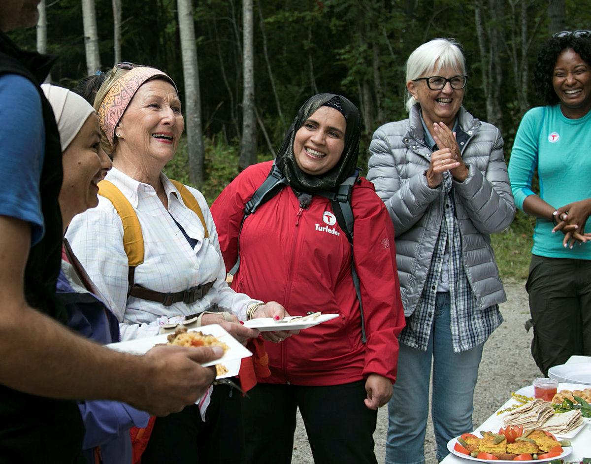 H.M. Dronning Sonja er ofte ute på tur, og i august deltok hun tur med en gruppe innvandrerkvinner til Blektjern i Drammensmarka.