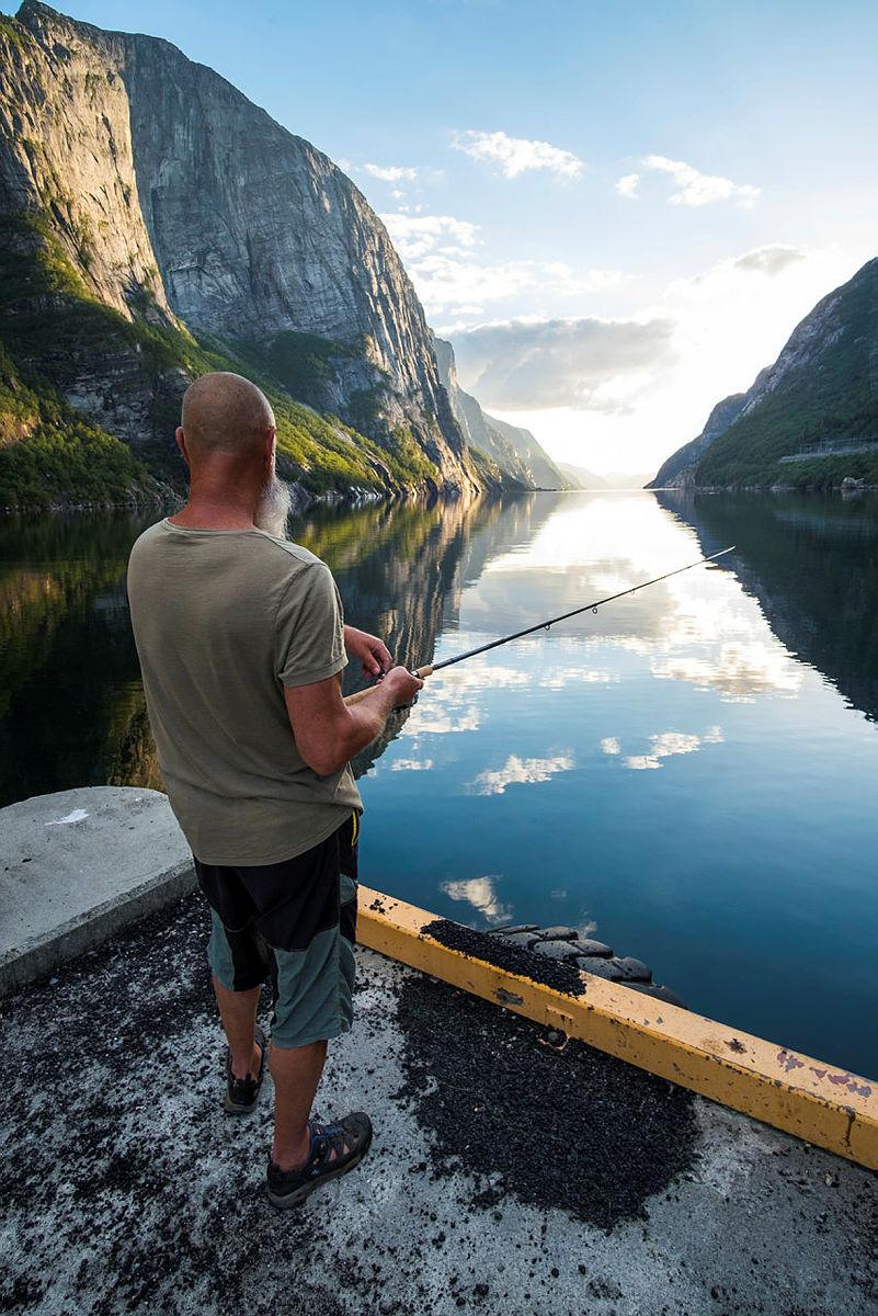 Fiske på kaien i Lysebotn.