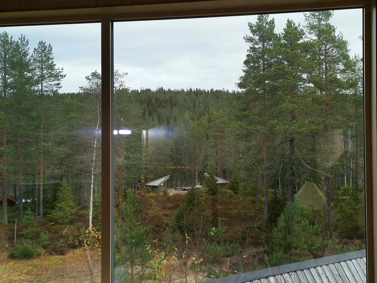 Fra storstua i det nye losjibygget får vi vakker utsikt mot Kobberhaugtjern.