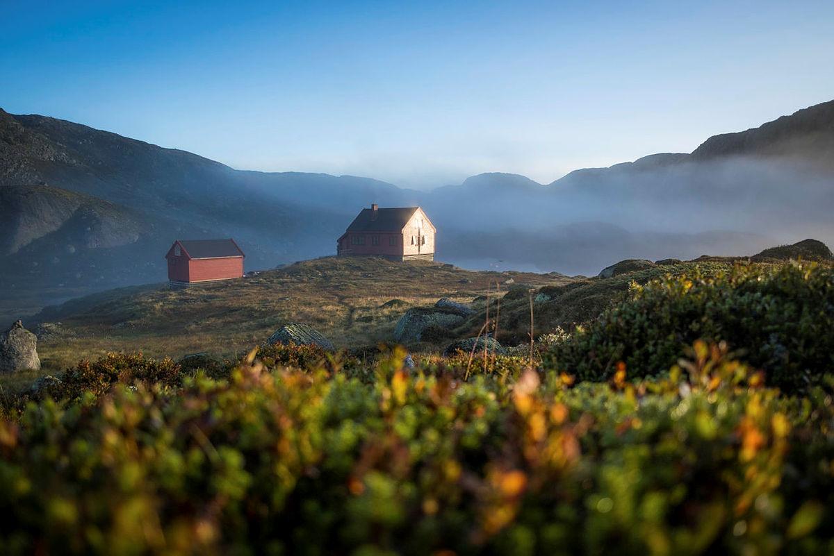 Stakken turisthytte i Hjelmelandsheiane en vakker solskinnsmorgen.