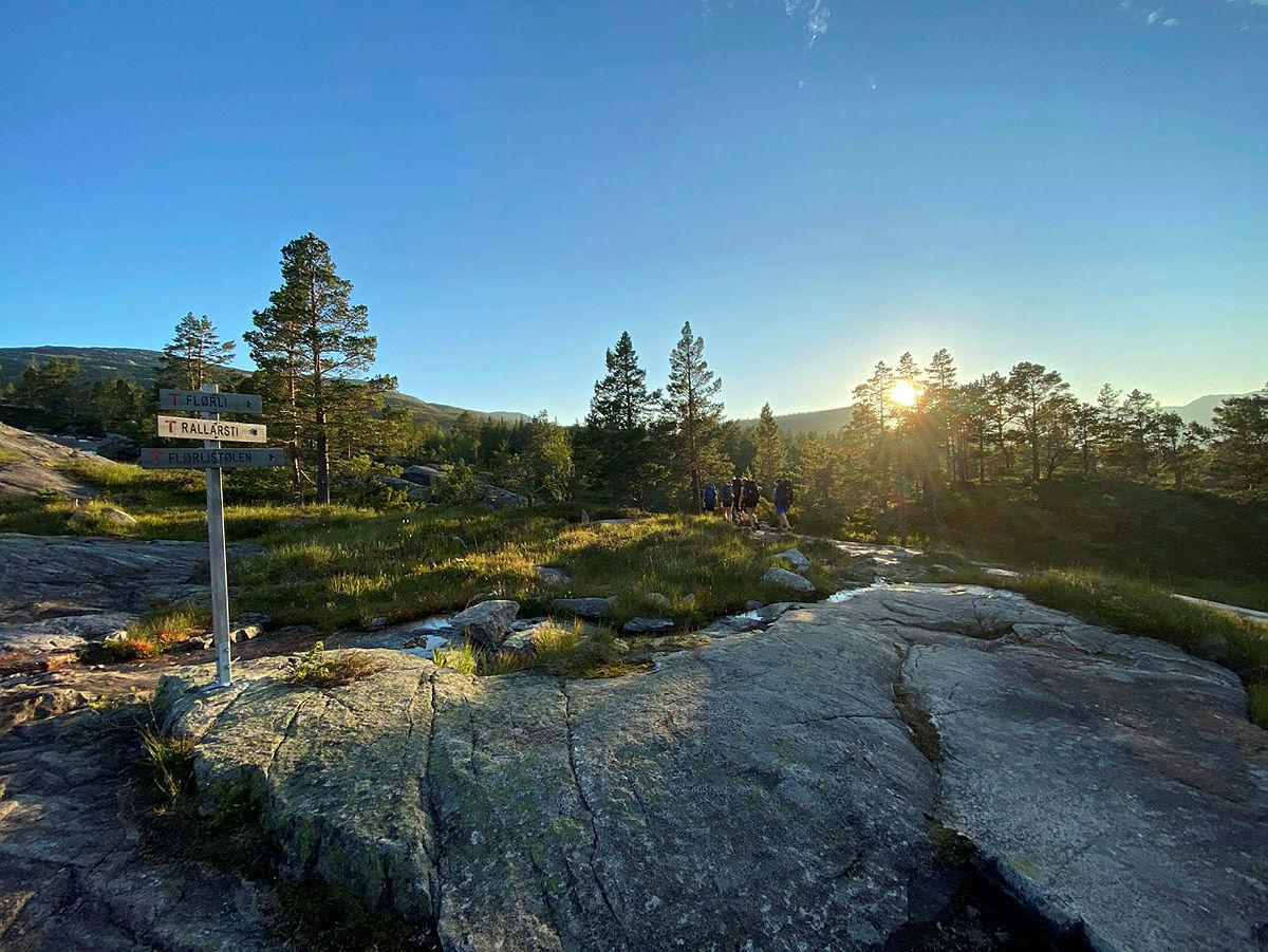 Turen fra Skåpet til Flørli går forbi her, og videre ned i nydelig skogsterreng til Flørlistølen.
