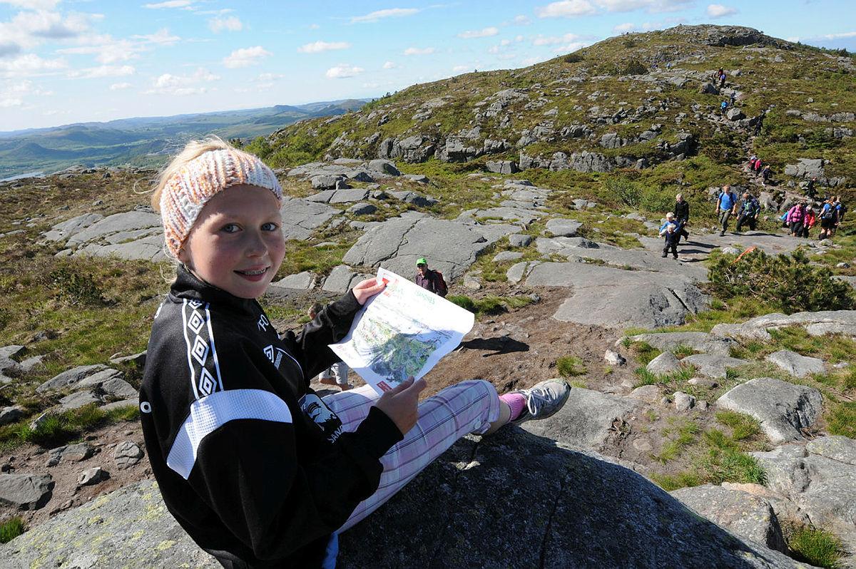 Anita Egeland følger med på kartet mellom Mattirudla og Bjørndalsfjellet. God oversikt over området!