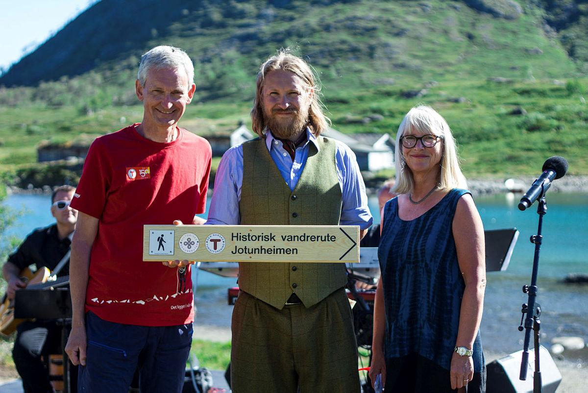 Historisk vandrerute Jotunheimen ble åpnet tidligere i sommer. F.v. generalsekretær i DNT, Nils Øverås, bestyrer på Gjendesheim Marius Haugaløkken og Marit Huuse, Riksantikvaren.