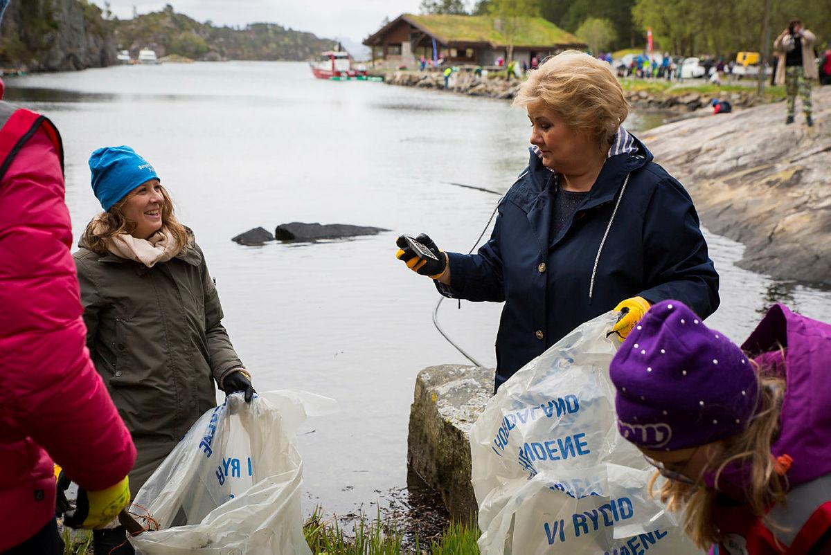 Strandryddedagen 4. mai 2019 i Kollevåg på Askøy med Erna Solberg. Gudrun Kristin Fatland i Bergen og Omland Friluftsråd (BOF) til venstre.