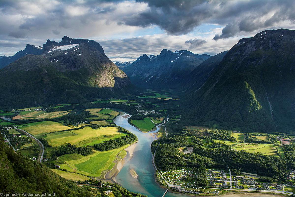 De majestetiske Romsdalsalpene sett fra utkikkspunktet Rampestreken.Åndalsnes, Rauma kommune.