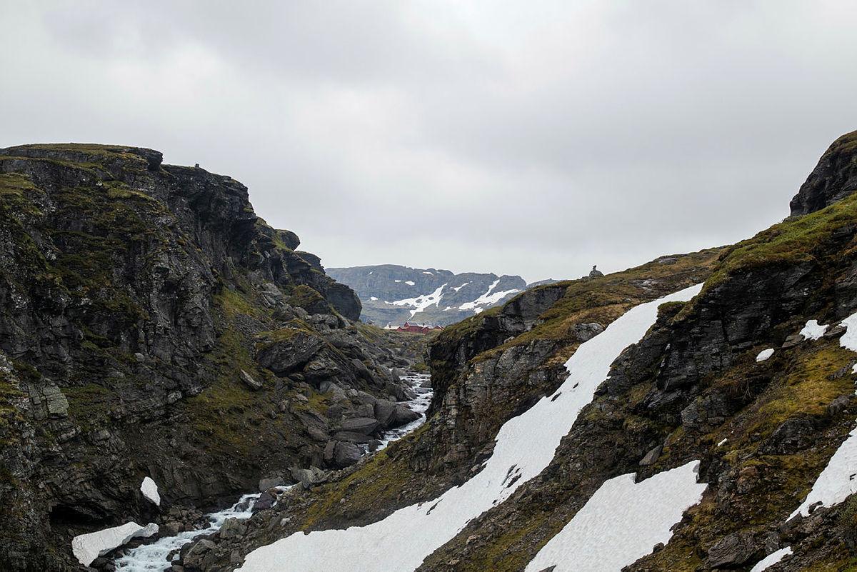 LITE SNØ: I fjor lå det store snømengder rundt hytta i juni, i år er det nesten helt bart, og problemfritt å gå til fots.
