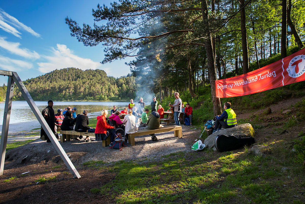 Samling rundt bålet. Friluftsliv tilrettelagt for utviklingshemmede (FTU) ved Tennebekktjørna.