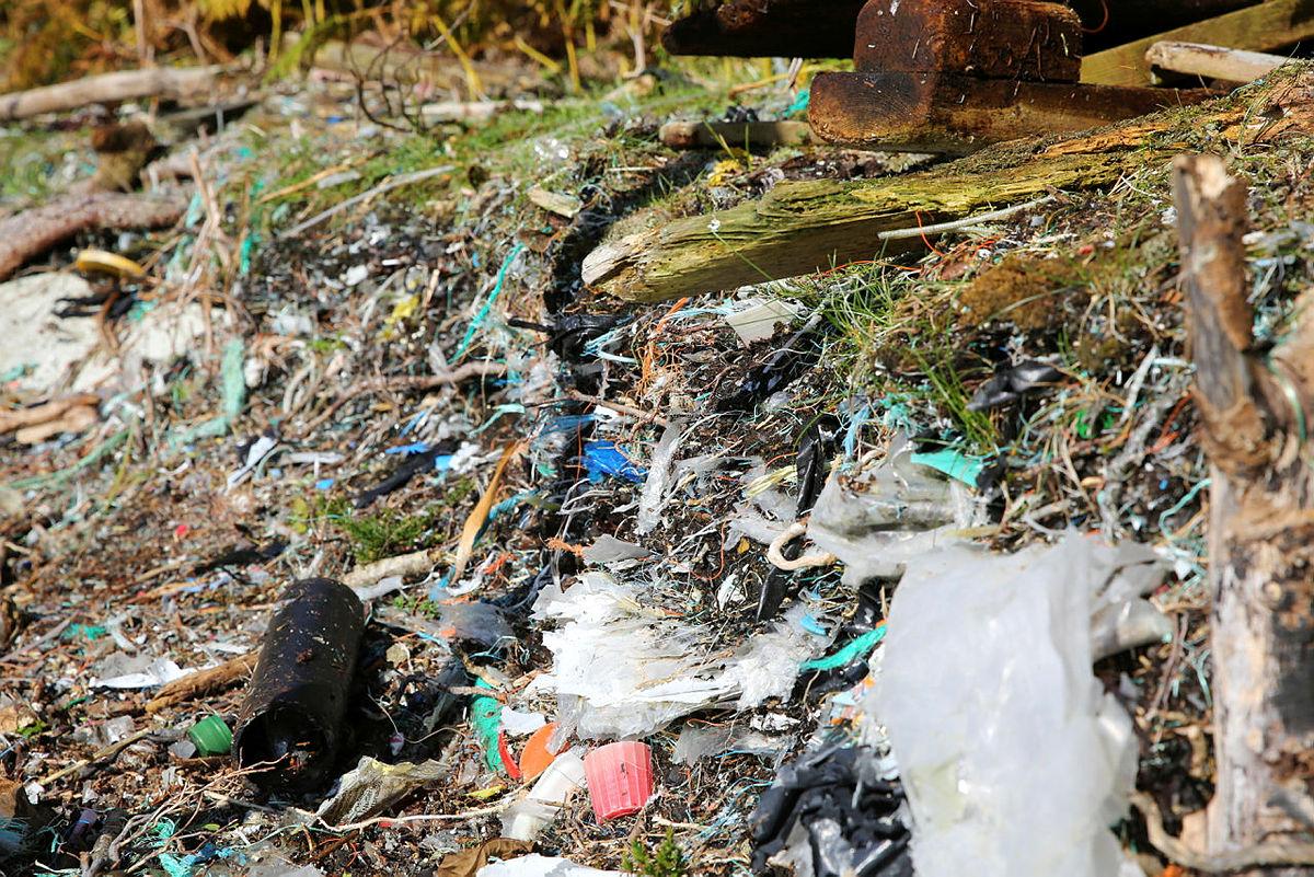 Se alle lagene av plast som har samlet seg opp gjennom tiårene. Bildet er tatt i Mågabølet i Austevoll.
