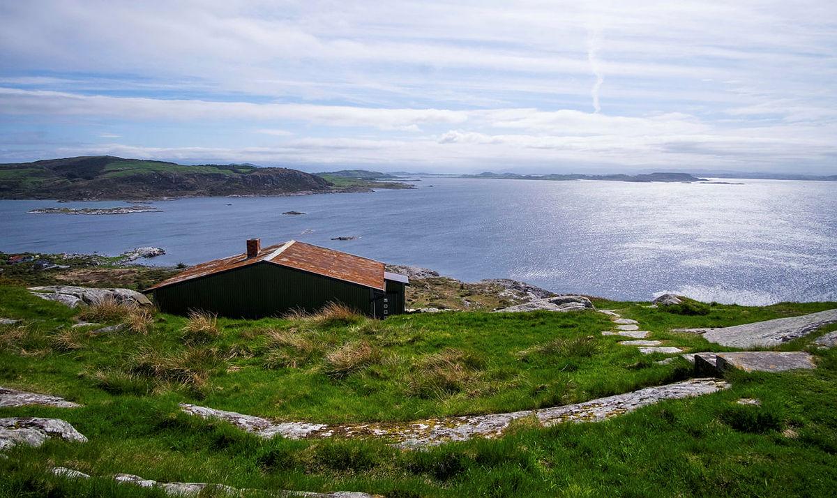 Her på Fjøløy kan du være med på en fullspekket familiedag den 2. februar.
