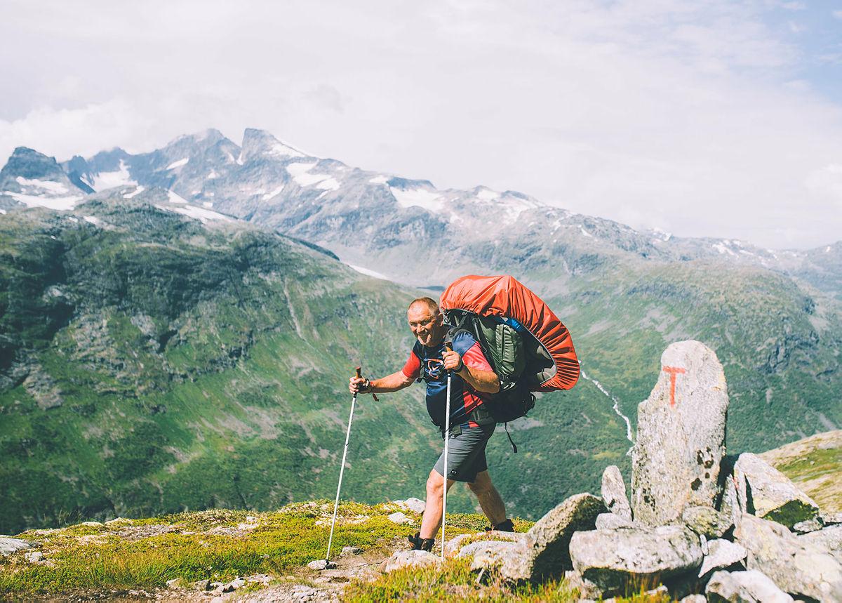 En av de mange blide og sterke DNT-frivillige på Monsen minutt for minutt i Jotunheimen. Etappene fra Skogadalsbøen til Vetti.