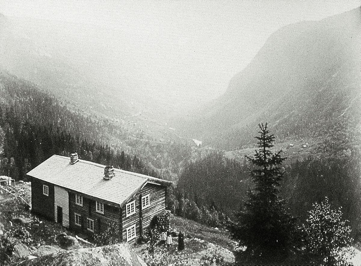 Krokan ved Rjukan var DNTs første turisthytte. Idag ligger hytta plassert ovenfor riksveien. Bildet er tatt like før århundreskiftet.