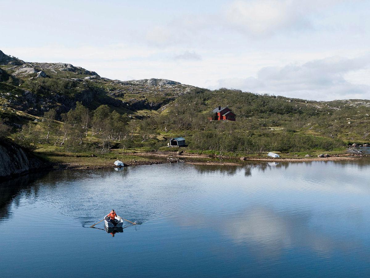 Lån gjerne robåten ved Taumevatn og ta deg en fisketur.
