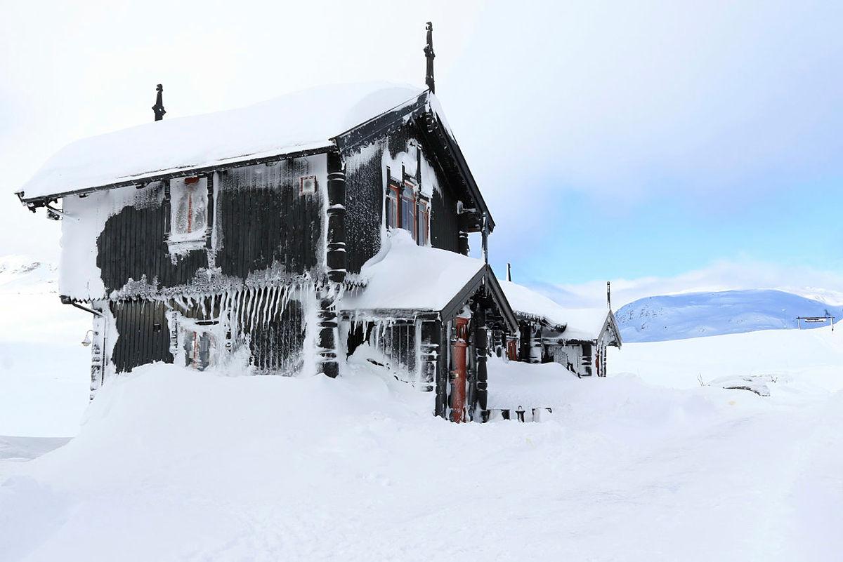 SNØRIK VINTER: Haukeliseter Fjellstue har fortsatt mye snø, og kan by på skiføre også i mai. Bildet er fra tidligere i vinter.