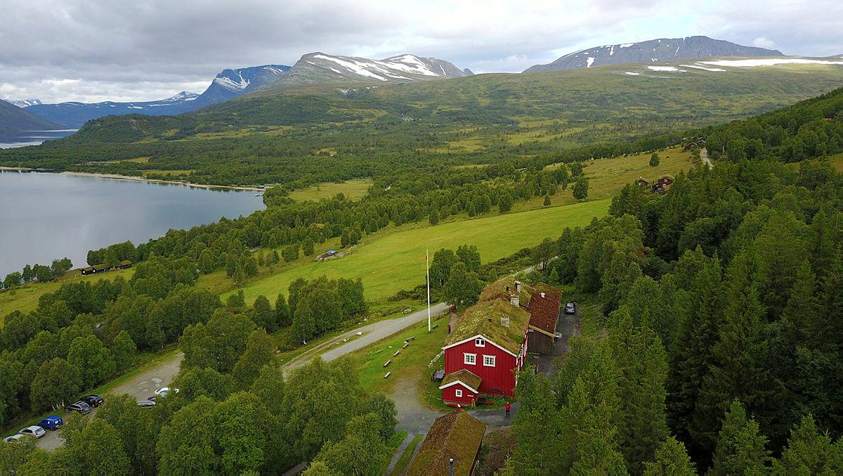 Gjevilvasshytta med utsikt mot Kamman og Blåhøa.