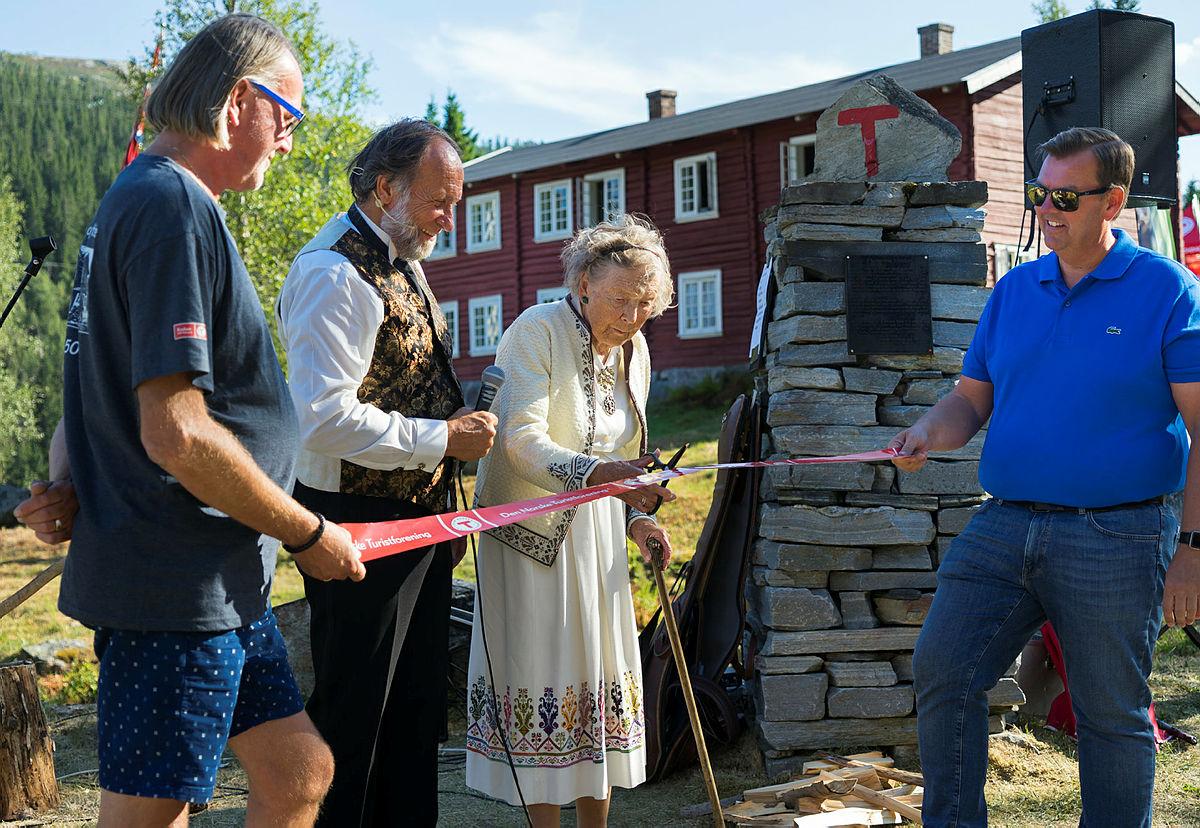 Ragnhild Helberg klippet snoren og åpnet Claus Helberg-utstillingen som Norsk Industriarbeidermuseum (NIA) har fått i stand på Krokan Turisthytte. Fra venstre: Tinn-ordfører Bjørn Sverre Birkeland, Tor Nicolaysen fra Rjukan fjellstue, Ragnhild Helberg og Runar Lia, direktør ved NIA.
