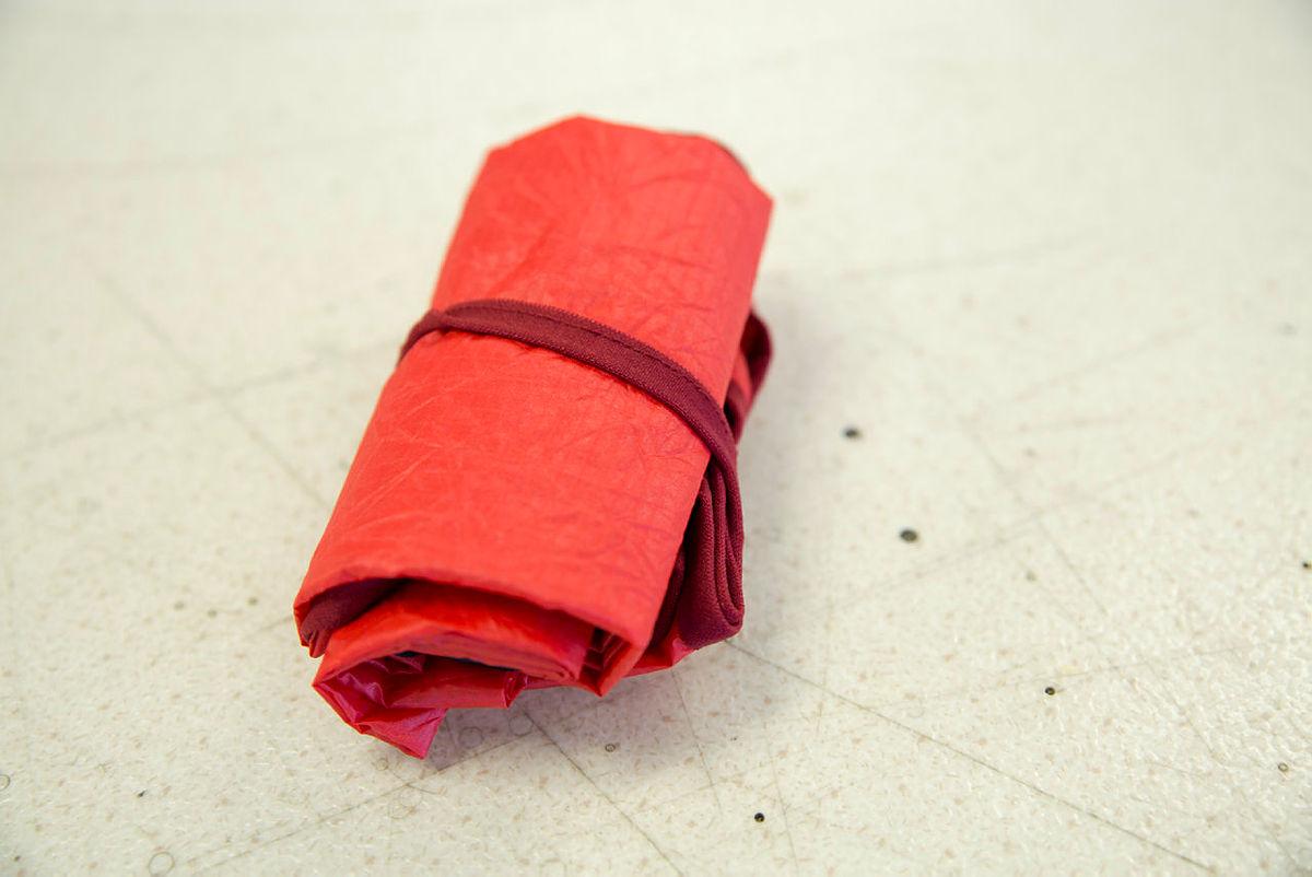 Handlenett av telt, som kan foldast saman med strikk rundt.