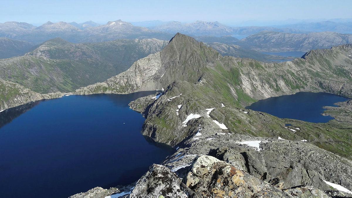 """Utsikt fra Bukketind mot """"Mamillen"""" (889m) og østover"""