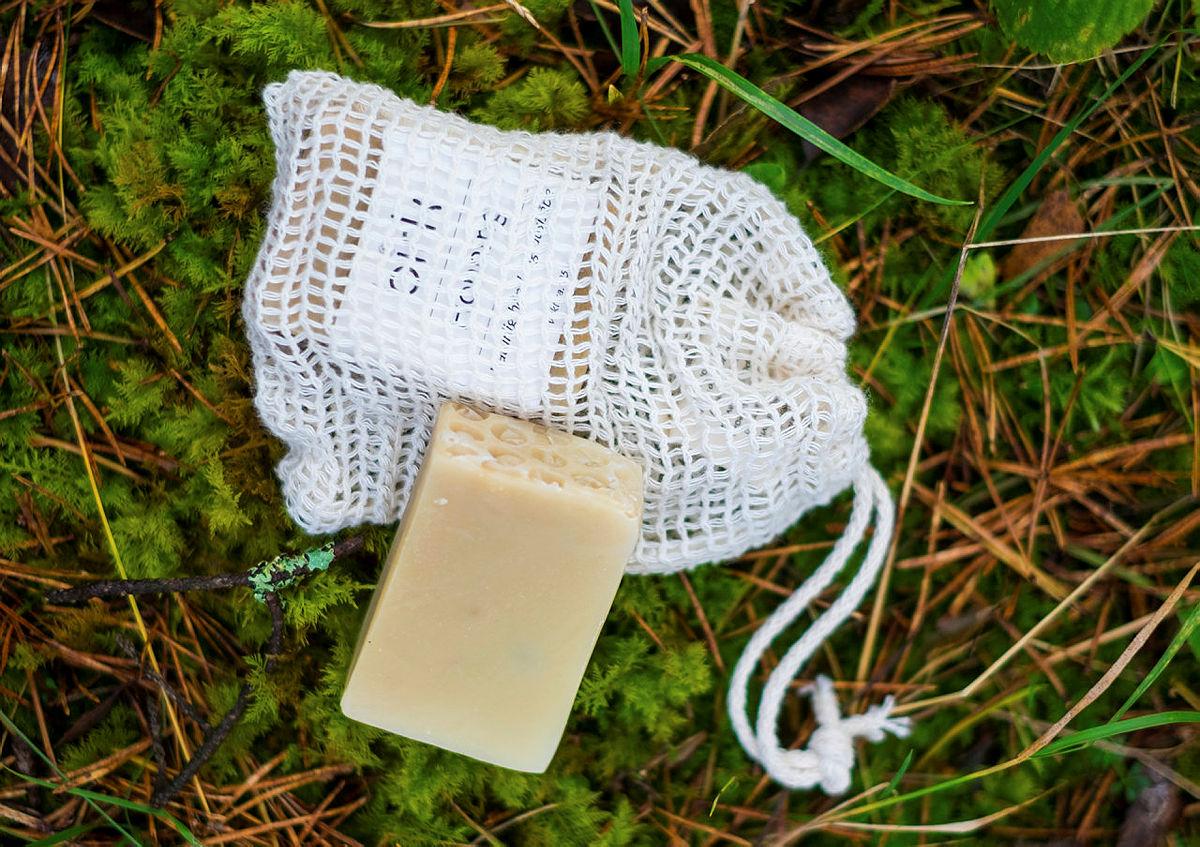 Ta med deg et lite såpestykke i nett fremfor såpe i plastbeholdere. Tursenteret har denne praktiske og miljøvennlige såpen fra Birk, som er ypperlig å ha med seg i tursekken.