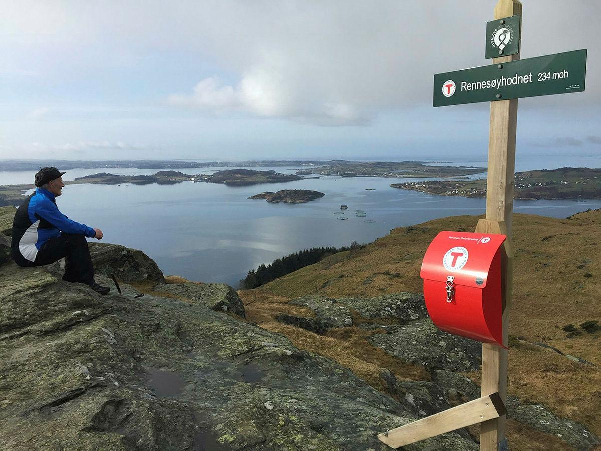 Torleiv Finnesand - nyter utsikten etter å ha satt opp skilt og postkasse på Rennesøyhodnet.