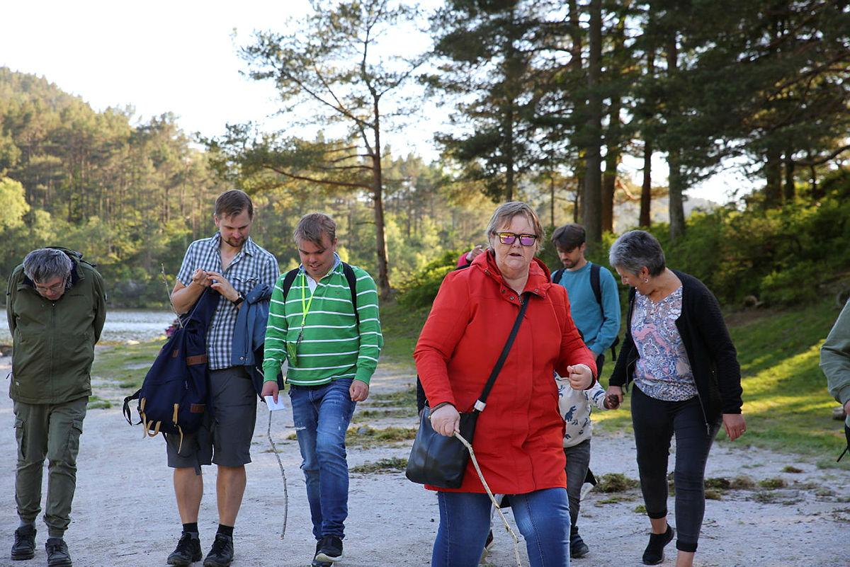 Deltagerne prøver å finne frem til hvor langt 20 meter er ved å måle opp skrittene sine. Det er vanskeligere enn du skulle tro.
