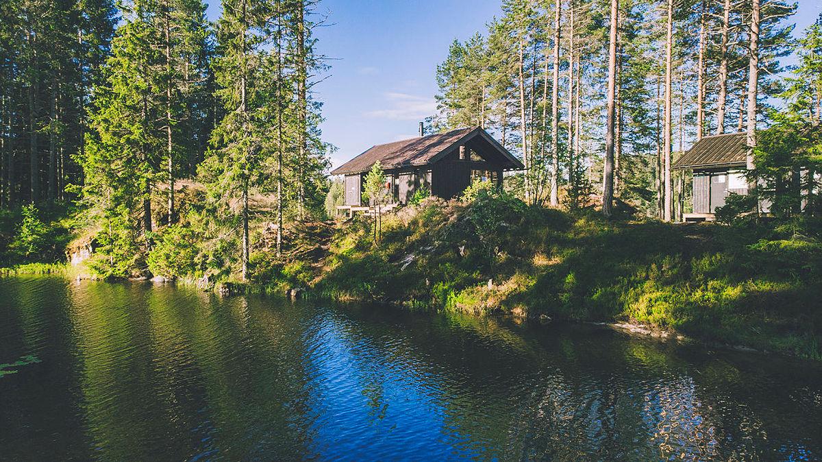 Huldreheim ligger så vakkert på en odde ved Ramstadsjøen i Østmarka.