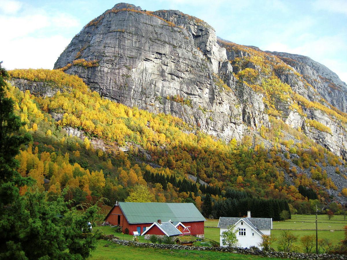 JENAFJELL: Denne kjempen troner over Lyse-bygda, og er en flott fjelltur fra Lysebotn.