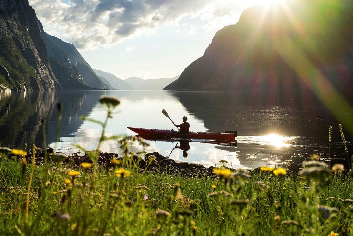 Kajakkpadling i solnedgang ved Lysefjorden turisthytte.
