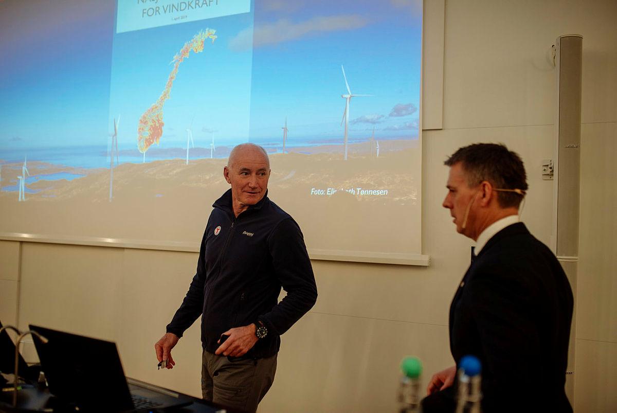 NVE la i dag frem nasjonal ramme for vindkraft. Her er DNTs styreleder Per Hanasand sammen med lKjetil Lund, vassdrags- og energidirektør.