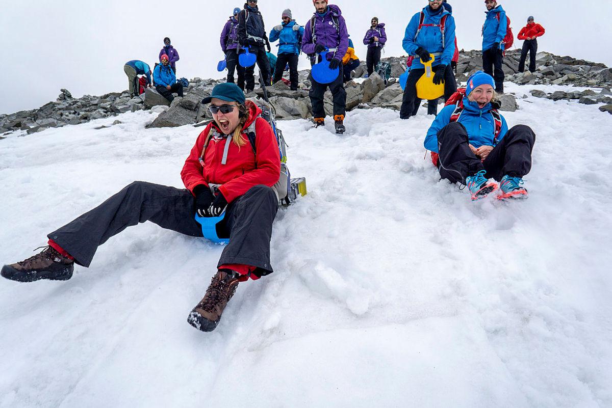 Hvis snøen blir liggende, kan dere gå til fots opp på Glilttertind og ake ned igjen. Her fra 2019.