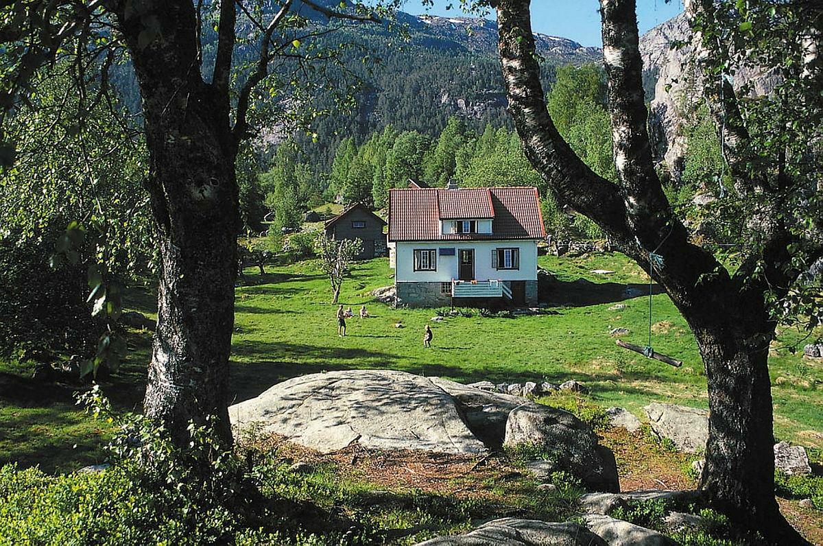 """Bakken gard ligger på en lun """"hylle"""" på nordsiden av Lysefjorden og er knyttet til """"Lysefjorden rundt"""" løypa. Området rundt gården er fullt av kulturminner som vitner om tidligere tiders slit for tilværelsen."""