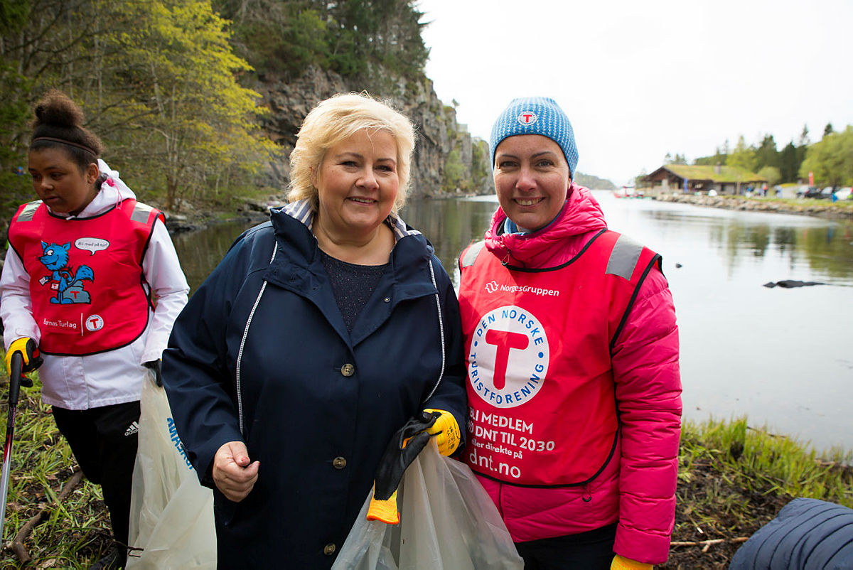 Strandryddedagen 4. mai 2019 i Kollevåg på Askøy med Erna Solberg. Styreleder i Bergen og Hordaland Turlag,Elisabeth Skage, til høyre.