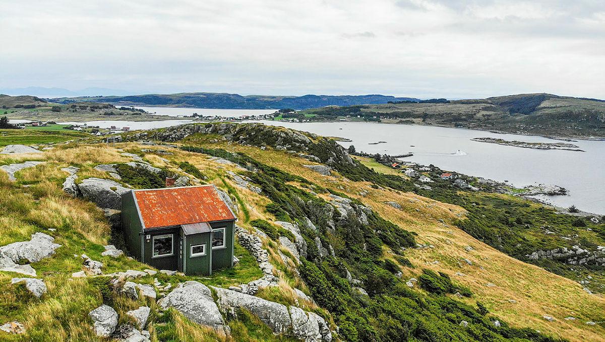 Fjøløy turisthytte er en bynær idyllisk liten perle med spektakulær utsikt!