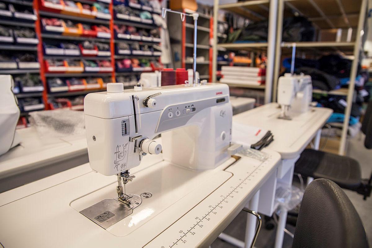 Bergans tar med to slike symaskiner til Vinjerock og Fjellfilm for fiksing.