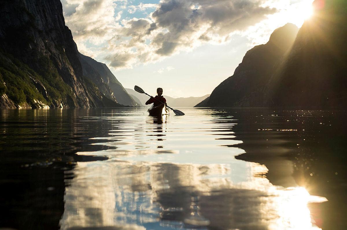 Kajakkpadling i solnedgang i Lysefjorden, kan bli en av aktivitetene du kan nyte på fritiden når du er aktivitetsleder i sommer.