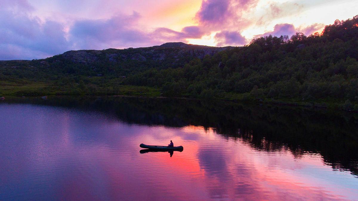 Kanotur i solnedgang, en nydelig julikveld i Sirdal. | Bilder fra DNTs fotokonkurranse-runder i 2016.