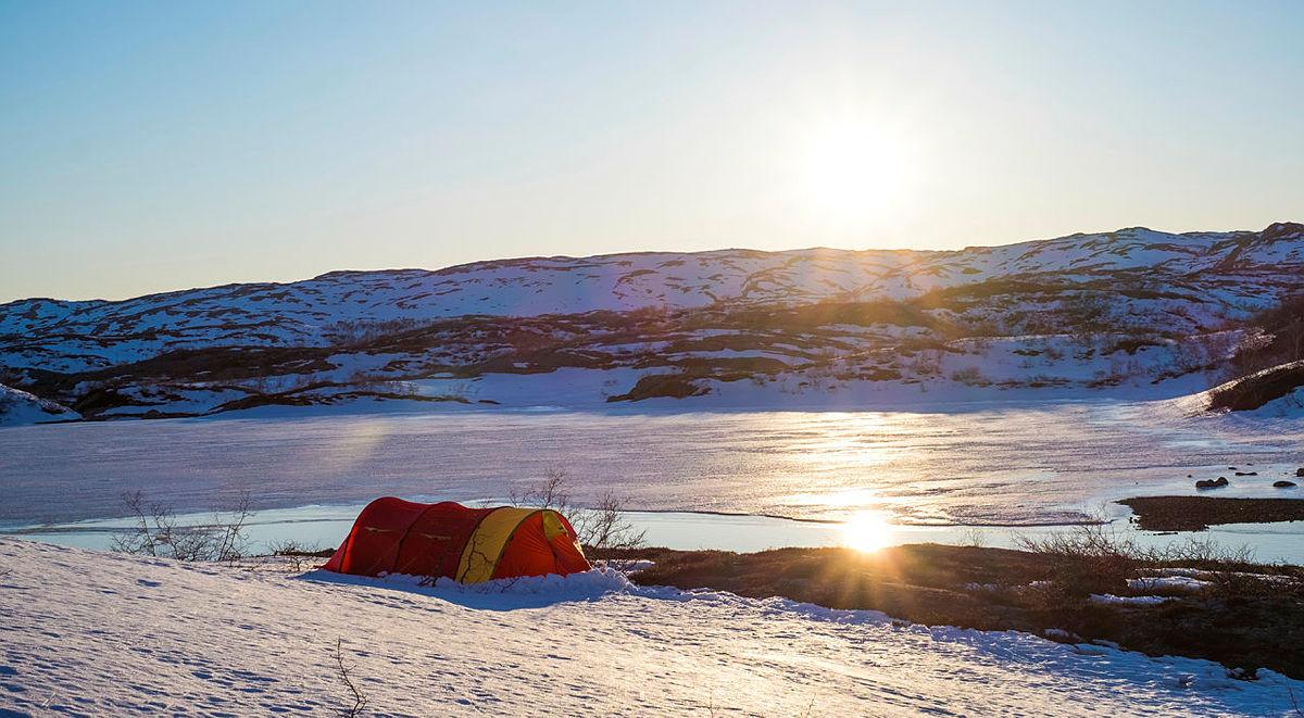 En utendørs overnatting i vinterferien kan være en spennende og minnerik opplevelse å gjøre sammen. Dere trenger ikke å dra langt avsted, nærmeste skog kan være ypperlig for en fin vinternatt ute.