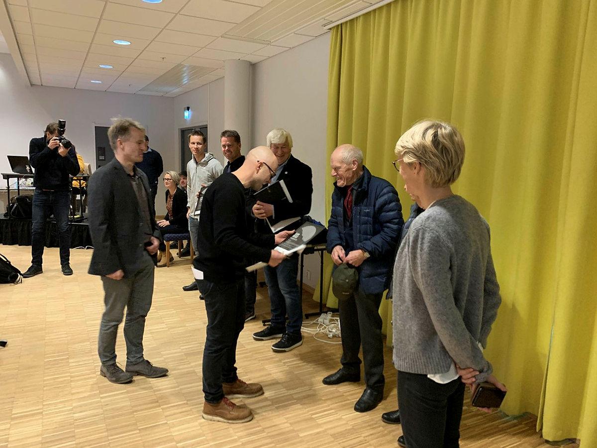 Kvam Herad tildeler Byggeskikkprisen 2020 for byggingen av Breidablik til Bjarne Huse, Anne Marit Huse, Eilif Bjørge og Bergen og Hordaland Turlag, 3. november 2020.