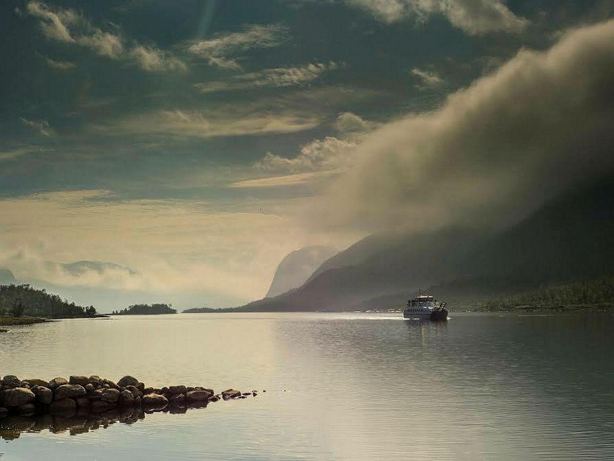 Fjellvåken passerer vakre Vinjefjorden