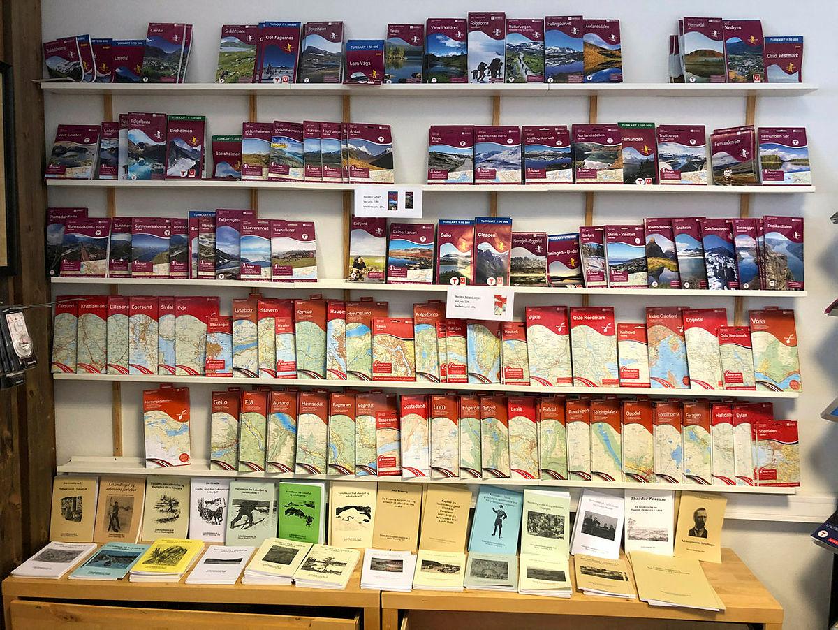 Det finnes et bredt utvalg av kart i butikken.
