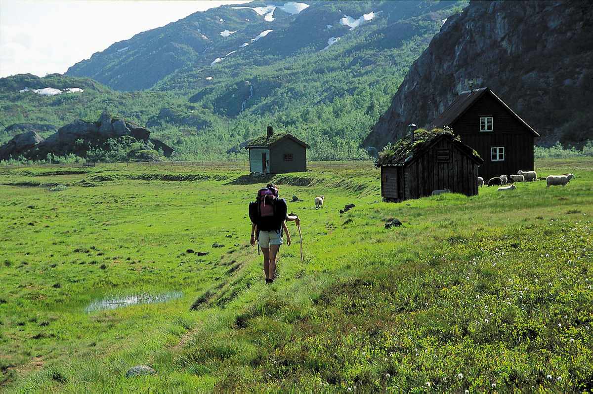 Kvanndalshytta ligger på en vakker stølsvoll omgitt av høye fjell.